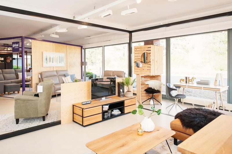 Sofa und Sideboard mit Fernseher